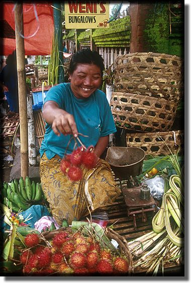 picture of lady at fruit market in Bali, Indonesia